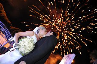 saída dos noivos, casamento, noivos, noiva, noivo, cerimônia, saída, fogos
