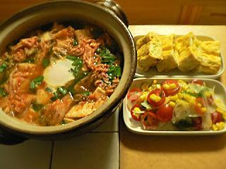キムチ風味半熟卵鍋 コーン入り玉子焼き オニオンサラダ