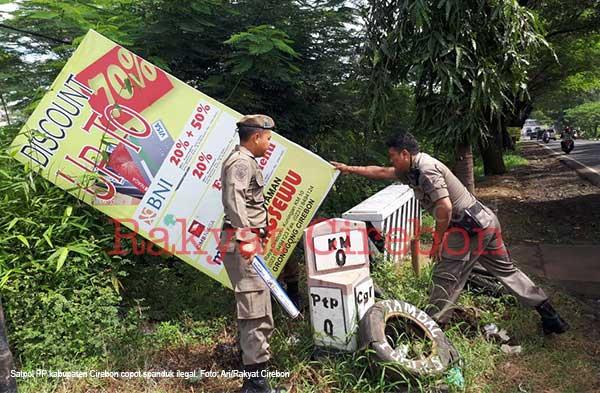 satpol pp kabupaten cirebon tertibkan spanduk ilegal