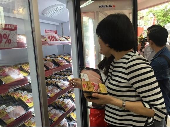 Người tiêu dùng mua thịt heo tại cửa hàng thực phẩm cao cấp Vissan Premium