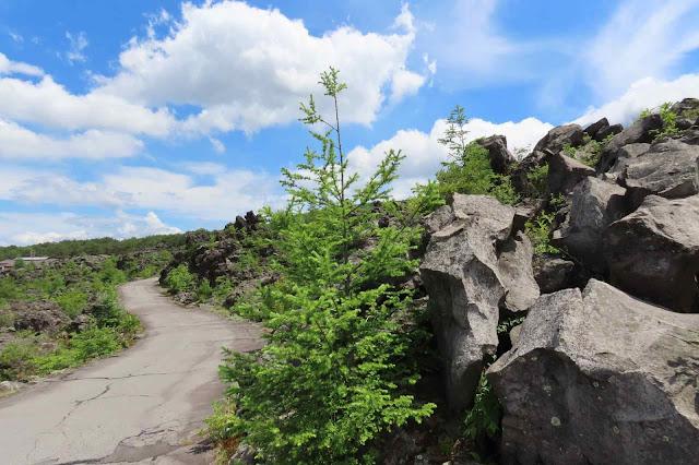 鬼押出し園の溶岩だらけの観賞コース路