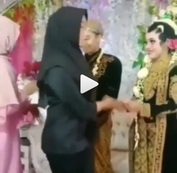 Nekat Datang ke Pernikahan Mantan, Cara Wanita Ini Bersalaman dengan Mempelai Wanita Jadi Sorotan