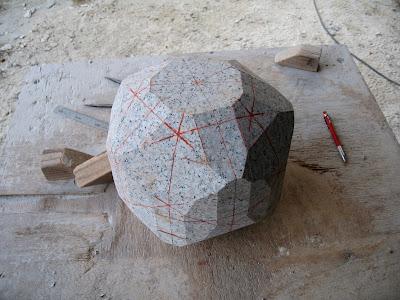 最初は石の塊 赤ペンでラインを引く