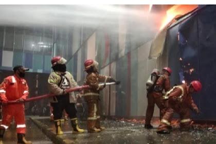 Sudah 6 jam,Kebakaran di mall di Makassar belum padam
