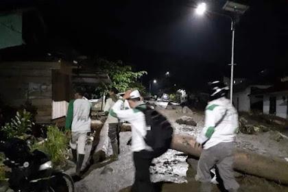 """Banjir Lumpur di Wilayah Mayoritas Kristen, """"Pasukan Putih"""" Sigap Datang Membantu"""
