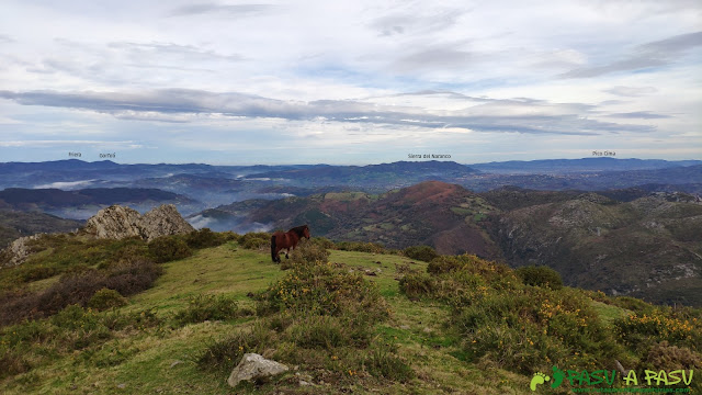 Vista de la Sierra del Naranco y Oviedo desde el Plantón