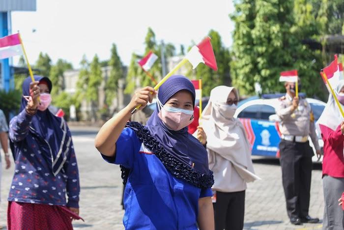 Kapolres Jombang bersama Buruh Kibarkan Bendera Merah Putih Sebagai Simbol Lawan Corona