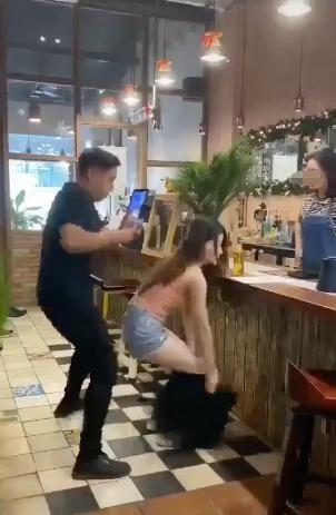 Đứng trước quầy thu ngân, cô gái trẻ bất ngờ tụt váy tìm tiền gây tranh cãi