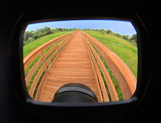 Вид на объектив TTArtisan 11mm f/2.8 через комплектный видоискатель