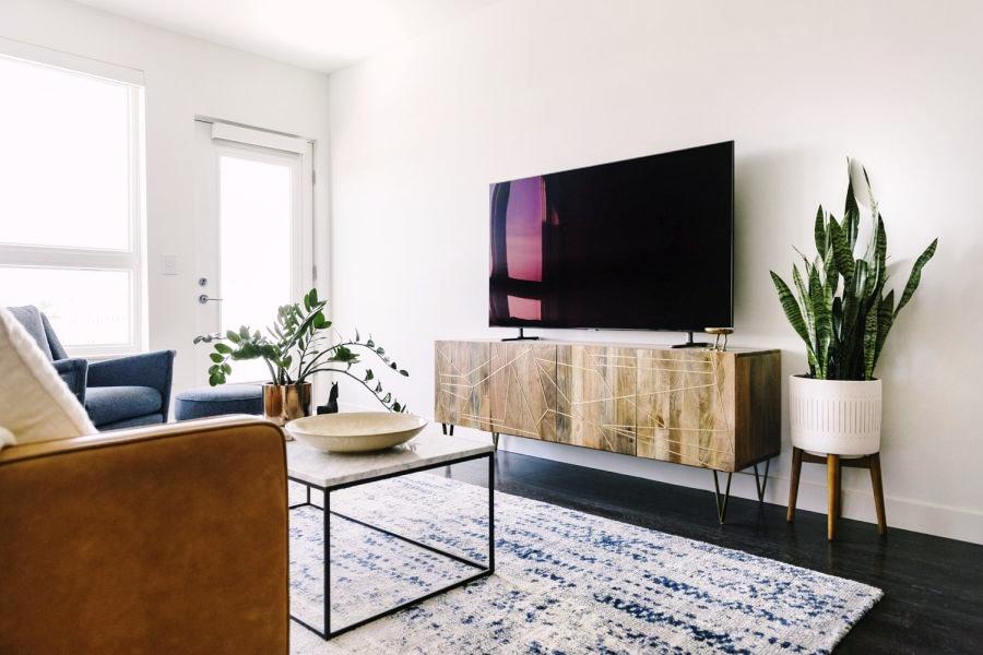 Niewielkie mieszkanie z klasą, wystrój wnętrz, wnętrza, urządzanie domu, dekoracje wnętrz, aranżacja wnętrz, inspiracje wnętrz,interior design , dom i wnętrze, aranżacja mieszkania, modne wnętrza, apartament, apartment, mieszkanie, złote dodatki, niebieskie dodatki, prostota, minimalizm, salon, kanapa, industrialny stolik, stolik kawowy, prostokątnystolik, living room, musztardowa kanapa, niebieski dywan, komoda, szafka pod telewizor