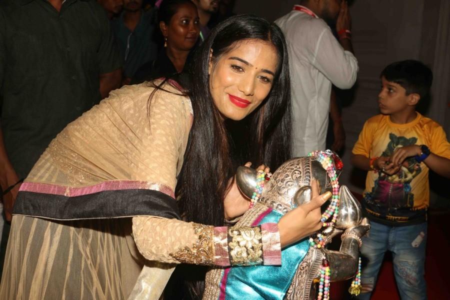 Poonam Pandey Visits 'Andheri Ka Raja' Ganpati Mandal