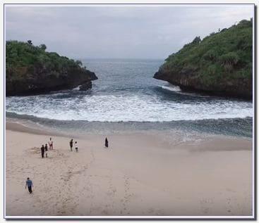 Foto pemandangan bagus di pantai sedahan