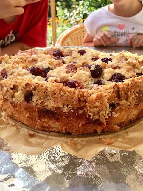 Drożdżowe ciasto z wiśniami i kruszonką