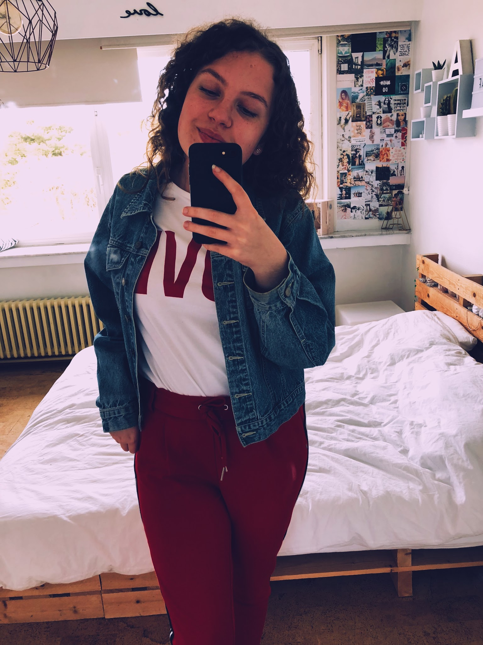 Spiefelfoto waarin ik mijn outfit toon. outfit: rode broek, wit t-shirt LOVE op geschreven in hetzelfde rood en een jeansjasje).
