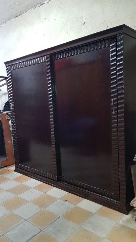 غرفه نوم مودرن عموله جرار جديدة سرير تنجيد كابوتونيه ، 2 كمود ، تسريحه بالبرواز ،  خشب كونتر