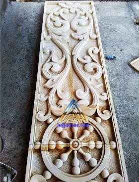 ukiran klasik samping pintu dari batu alam putih