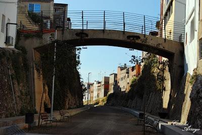Puente que salvava las antiguas vias del tren, que dividian por la mitad el municipio de Manuel. Gracias AVE hoy este paso corresponde a una Via Verde.