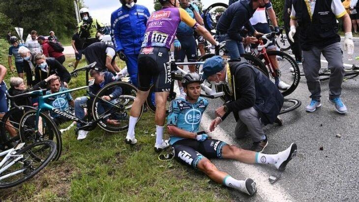 Detienen a mujer que causó accidente en el Tour de Francia