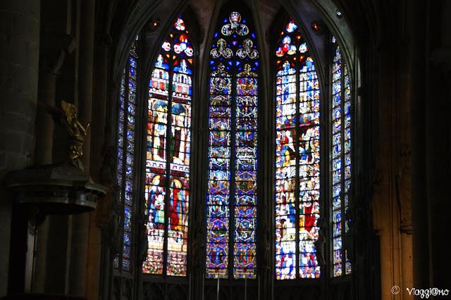 Le colorate vetrate della Basilica di Carcassonne