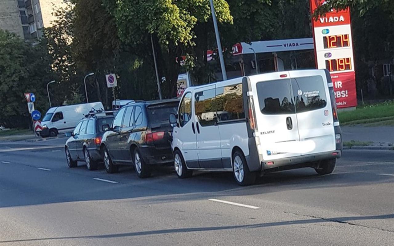 Trīs automašīnu avārija Maskavas ielā