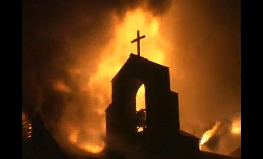 وصلوا على الدراجات الناريّة أحرقوا الكنيسة وخطفوا أربعة طلّاب