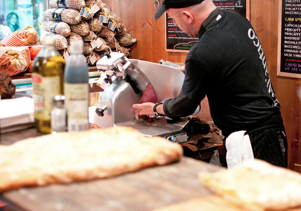 Découpe minute de charcuterie à la sandwicherie All'antico Vinaio à Florence