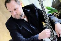 Tobias Marcel med gitarr i knät