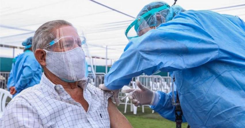 Médicos podrán trabajar para el Estado hasta los 75 años (D. S. Nº 028-2021-SA)