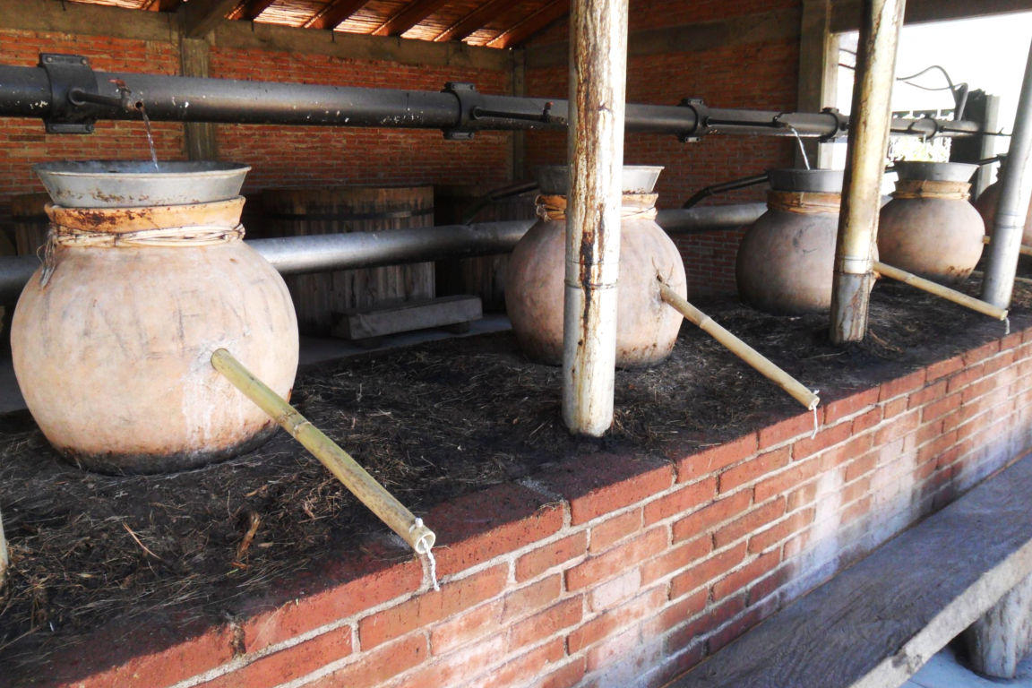 Ollas de barro usados para la destilación del Mezcal en Villa Sola de Vega.