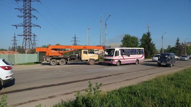 У Чернівцях автокран наскрізь пробив маршрутку
