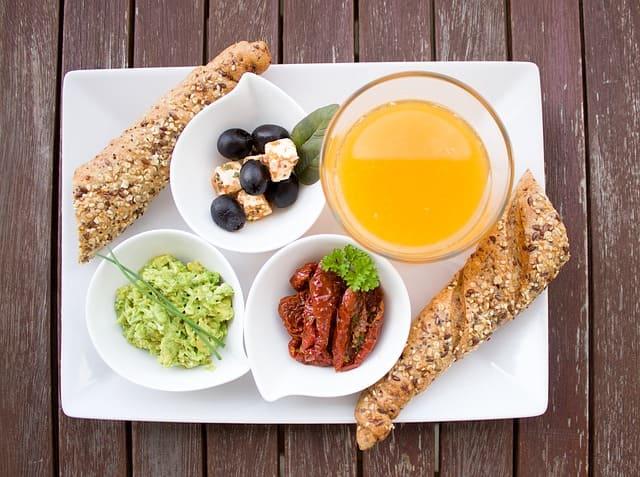 Membiasakan makan makanan sehat, memang berat diawal sih tapi lama kelamaan juga kamu akan terbiasa kok