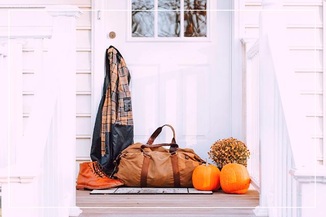 imagem ilustrativa de bagagens em frente a uma casa, para um teto para dois, livro de beth o'leary