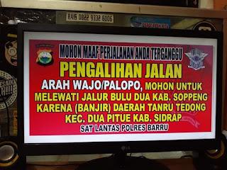 """""""Kita arahkan kalau mau ke Makassar sebaiknya lewat Kabupaten Soppeng atau Kabupaten Bone,"""" kata Kasat Lantas Polres Wajo, AKP Muhammad Yusuf, Sabtu (8/6/2019) sore.   Saat ini, Sat Lantas Polres Sidrap, sementara berkoordinasi dengan Sat Lantas Polres Wajo dan Sat Lantas Polres Barru untuk pemberitahuan kondisi tersebut."""