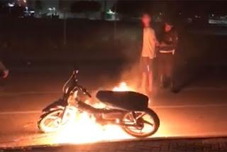Adolescente ateia fogo à própria motocicleta após ser parado em blitz