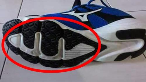 Bagian Bawah Sepatu Produk Ini Terdapat Bentuk Mirip Lafadz Allah