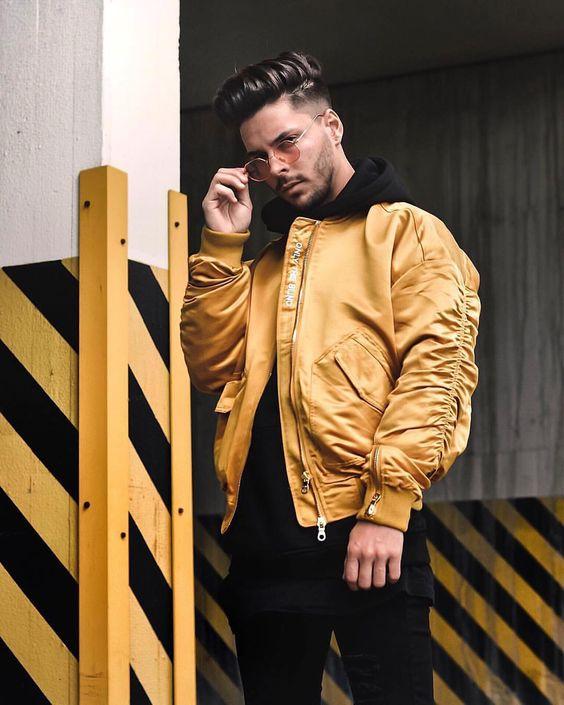 look masculino com jaqueta bomber amarela e calça preta