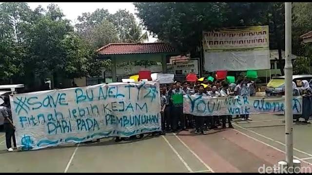 Siswa SMA 87 Demo Bela Guru Nelty