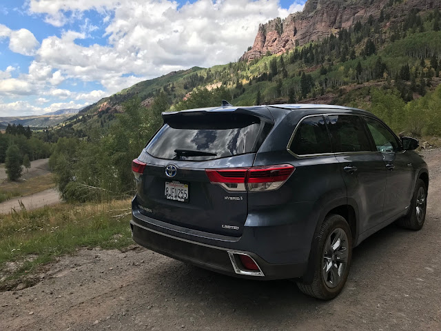 Rear 3/4 view of 2019 Toyota Highlander Hybrid Limited Platinum AWD