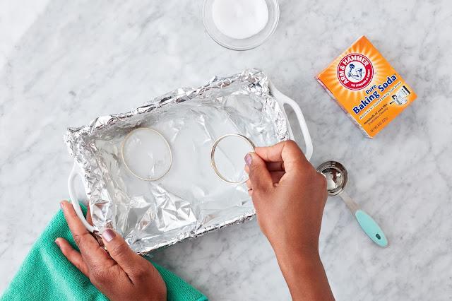 giấm và baking soda tẩy trắng trang sức bạc