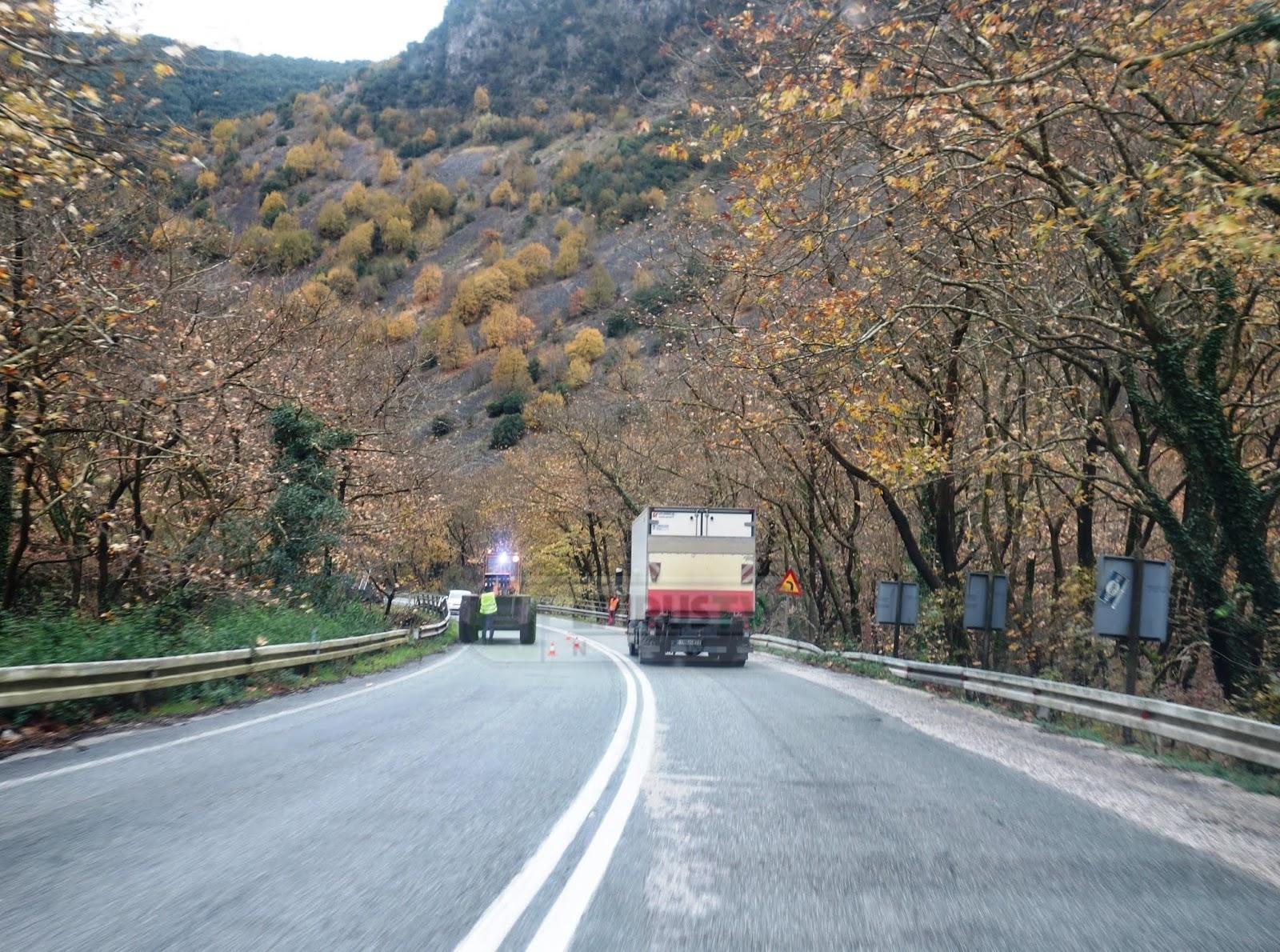 Ιωάννινα:Πτώσεις δέντρων στην παλιά Ε.Ο Ιωαννίνων Αθηνών & λευκές εικόνες στα ορεινά !