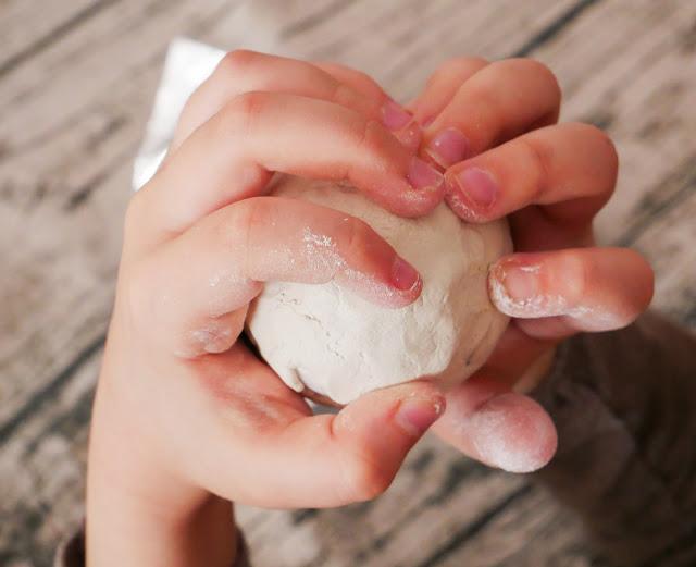 Na zdjęciu widać jak łatwo można opkleic jajko gliną. Dzieci spokojnie sobie z tym poradzą.