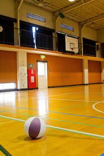 体育館とバスケットゴール