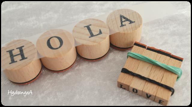 Tip para estampar con sellos, utilizando gomas de pollo y celo para mantener los sellos juntos y poder estampar una palabra entera sin que se muevan.