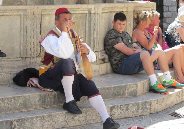 Dubrovnik, fluispeler bij fontein in hoofdstraat