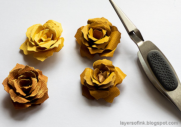Layers of ink - Past Times Wall-Hanger Tutorial by Anna-Karin Evaldsson. DIY dimensional paper roses.