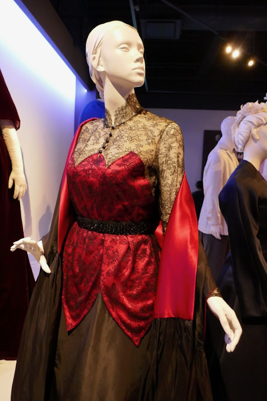 Alma Phantom Thread red black costume