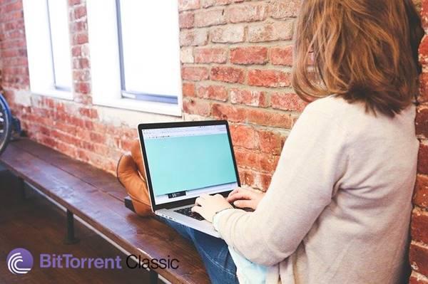 mulher digitando no notebook