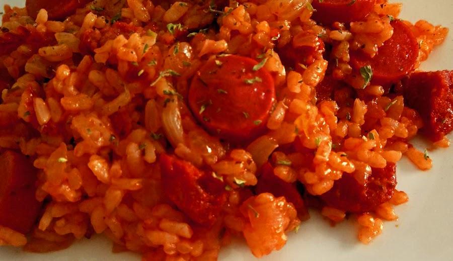 arroz con salsa de tomate y salchichas