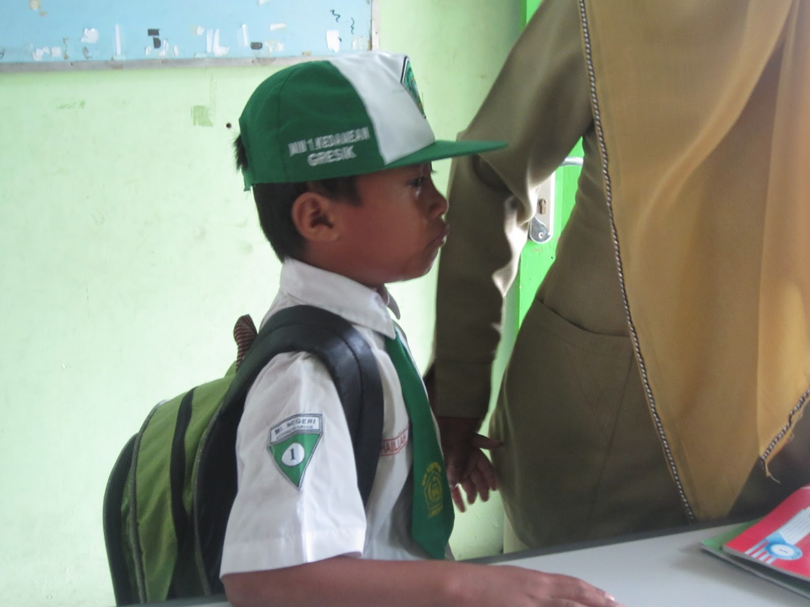 siswa kelas satu menangis di sekolah/madrasah