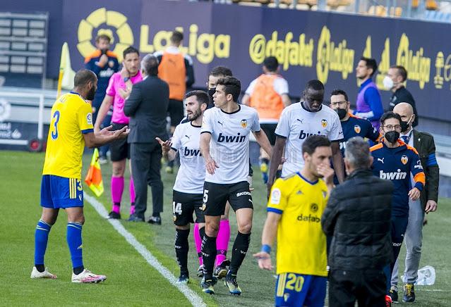 Valencia players leaving the pitch during La Liga match against Cadiz